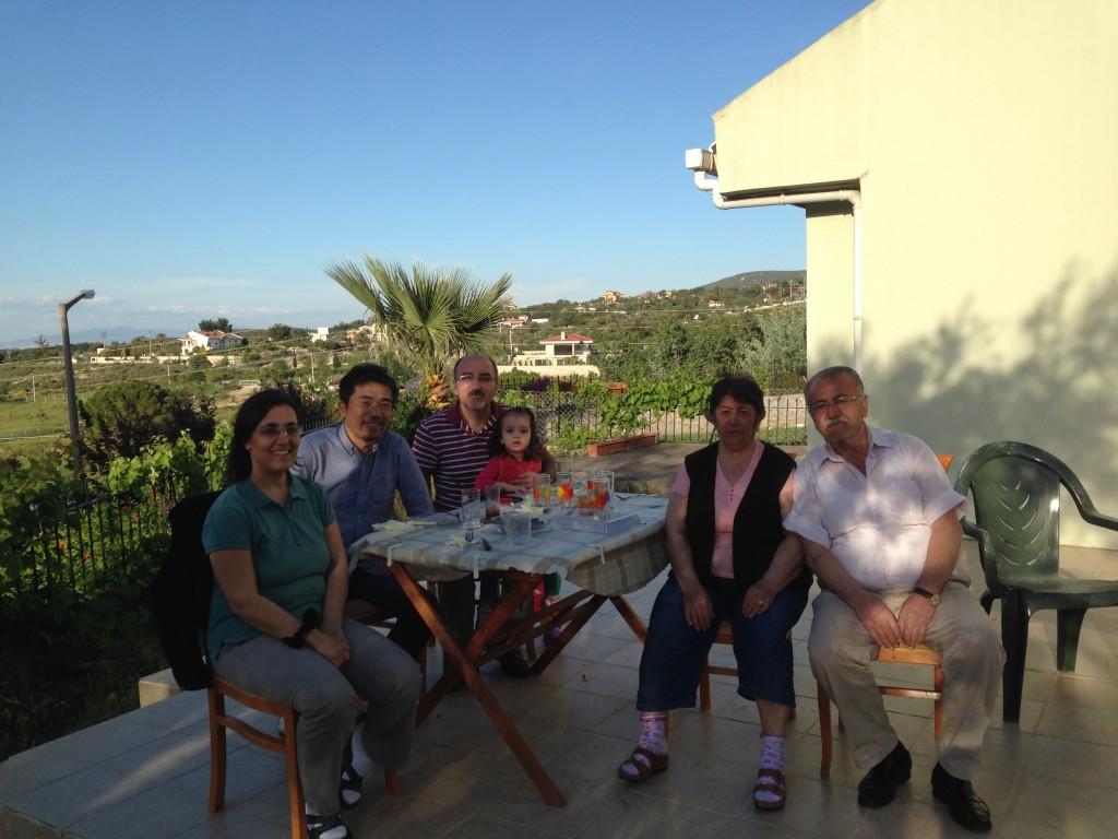 ホストのOzyuzer先生のお宅に招かれて、エーゲ海の見える庭でバーベキュー