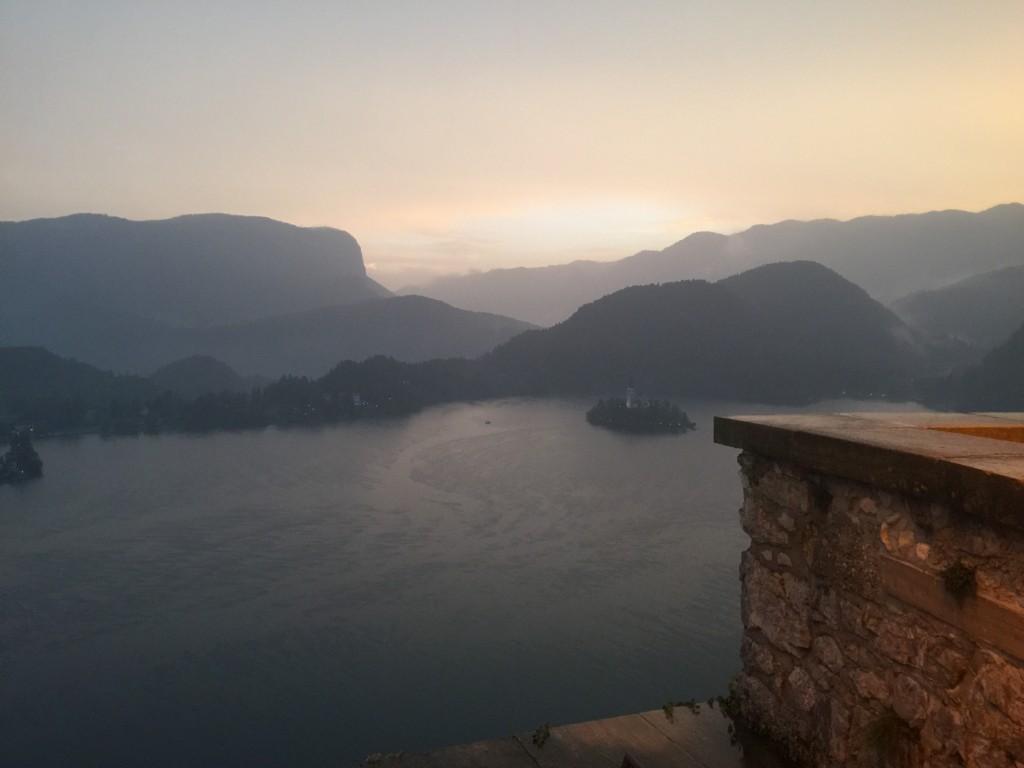 ブレッド城から見た湖。右にあるのが、ブレッド島で、スロベニア唯一の自然島。