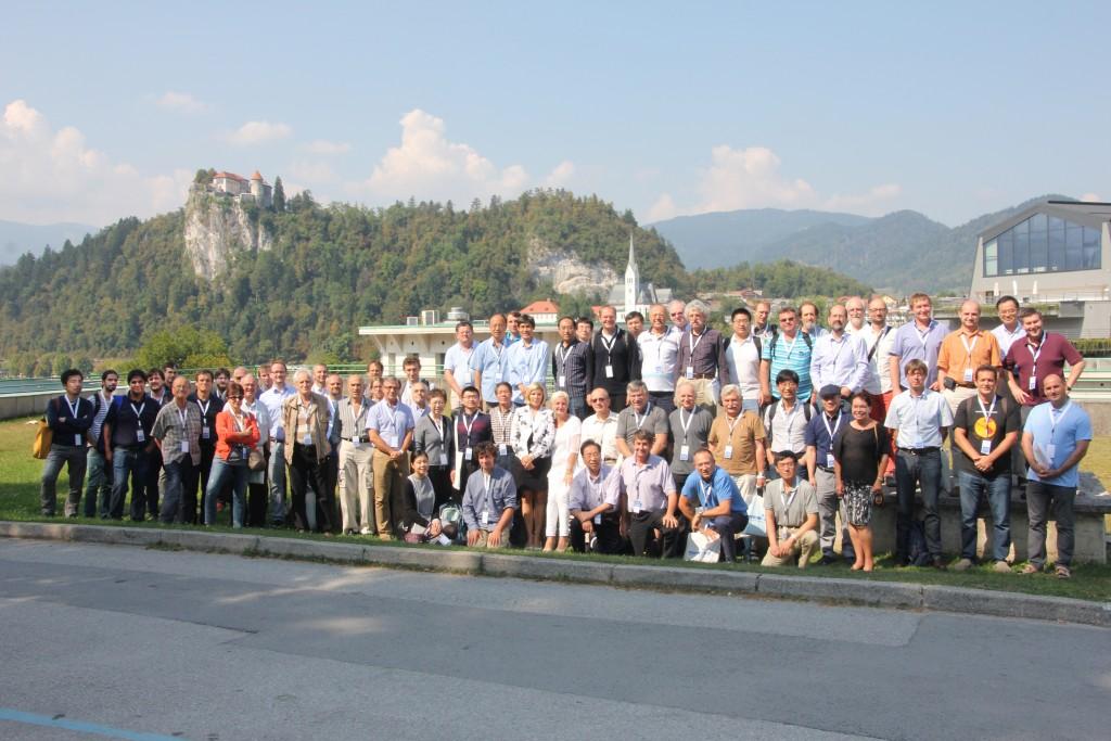 参加者集合写真。掛谷は左端。