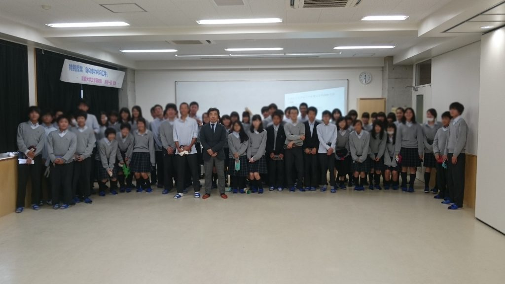 最後に、3クラス目の生徒たちと集合写真。皆さんかわいいね。